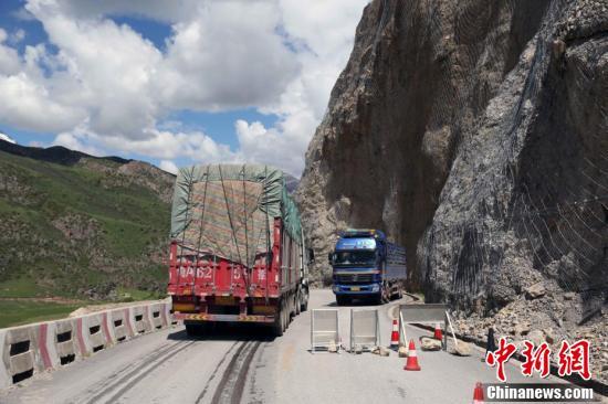 国道214线青藏交界以路为伴的护路人