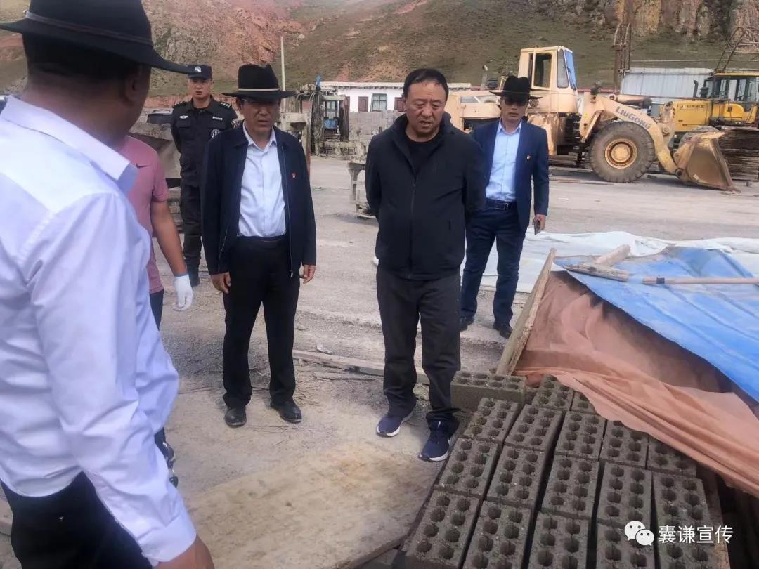 县委副书记索南扎西一行深入香达、觉拉等乡镇督促检查砂石料场、免烧砖厂拆除工作